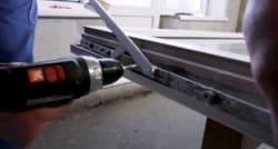 віконний майстер знімає зламані деталі фурнітури