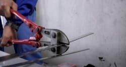 майстер по регулюванню пластикових вікон налаштовує притиск стулки до рами