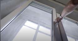 майстер перевіряє роботу відремонтованого пластикового вікна